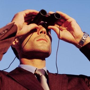 Produktbild für Jahreshoroskop: Mann schaut durch Fernglas in die Ferne