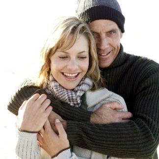 Produktbild für Partnerhoroskop: Glückliches Paar - Mann umarmt seine Frau