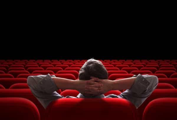 Mann sitzt entspannt im Kinosessel - Filmtipps Sternzeichen Skorpion